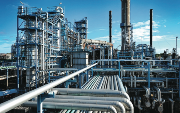 Figure 1. Many refineries have assumed 100% PMI program adoption to ensure that every metal component is made up of exactly the right composition to reduce risk of accidents, maximize safety, and ensure 24/7 productivity. Photo courtesy Thermo Fisher Scientific.